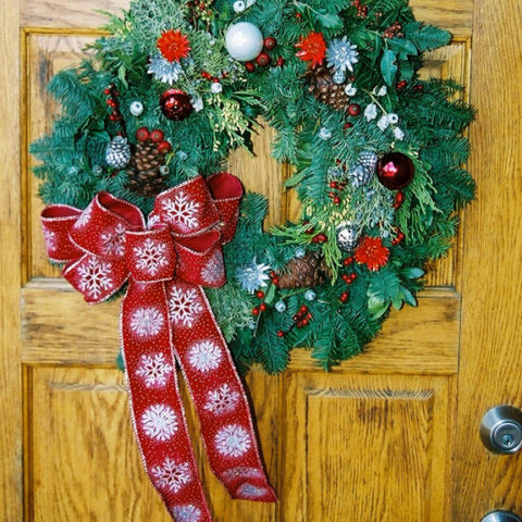 We design beautiful fresh, mixed evergreen wreaths with natural and or artificial accents.
